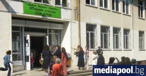 Около 500 ученици и 40 учители са под карантина заради
