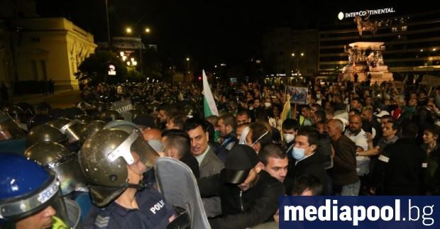 Трима полицейски служители са пострадали по време на протеста на