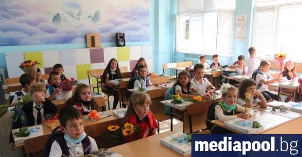 Продължават случаите на поставени под карантина класове в различни училища