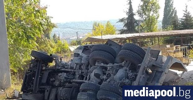Камион падна от Аспаруховия мост във Варна. Шофьорът е загинал,