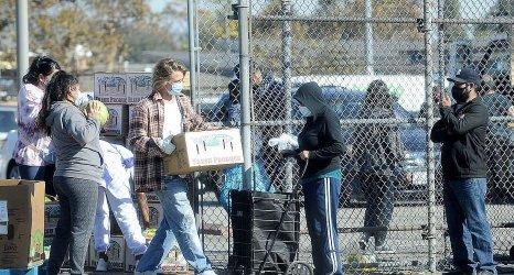 Брад Пит инкогнито раздаде храна на нуждаещи се в Лос Анжелис