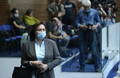 Корнелия Нинова влиза като санитар-доброволец във ВМА