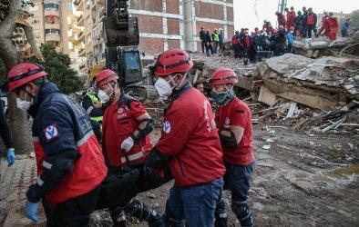 Жертвите на труса в Измир станаха 107, ранените са над 1000