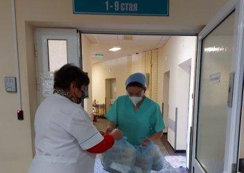 Хапка надежда: Доброволци доставят топъл обяд за медици на първа линия