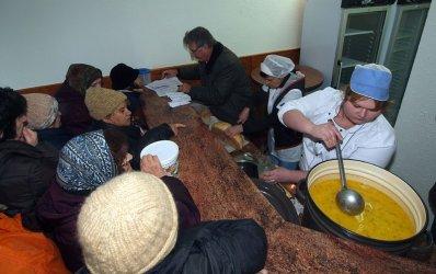 Над 526 000 българи получават пакети с храна или топъл обяд