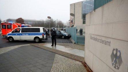 Кола се заби във входа на канцеларията на Меркел