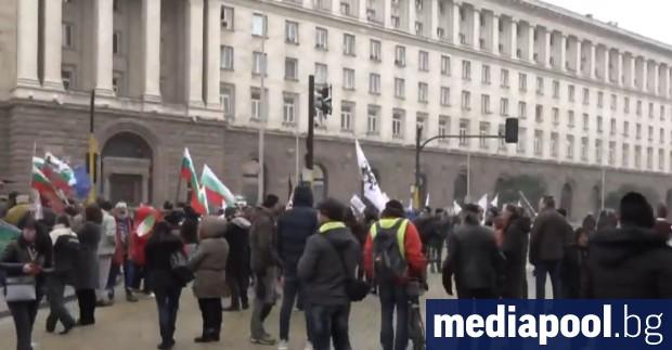 """Националистическата проруска партия """"Възраждане"""" изкара стотина свои привърженици на протест"""