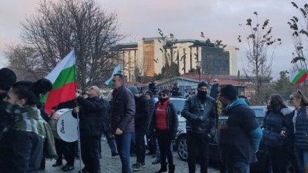 150 дни протест. Изгнила тиква полетя към Министерския съвет