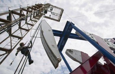 Русия с над 40% спад на приходите от газ и нефт