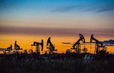 Петролът надхвърли 55 долара за пръв път от почти година
