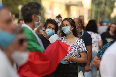 """77% от българите са """"за"""" маските, 50% са """"за"""" ваксинация"""