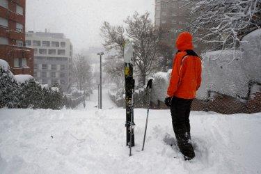 Четири жертви на снежната буря в Испания, отменени са полети