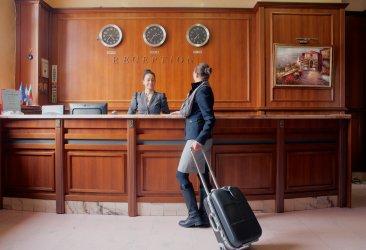 Хотелиери предлагат безплатни тестове в опит да напълнят базите за празниците