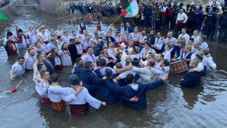 Мъжкото хоро в Калофер се проведе, въпреки здравните мерки