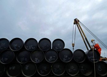 Петролът поскъпна след новото свиване на добива през февруари-март