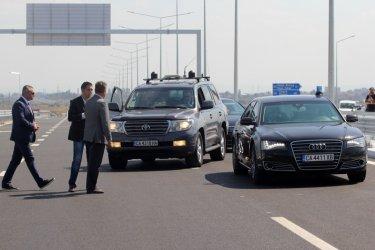 Кола на НСО удари тролей в София