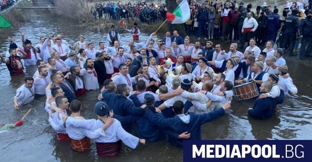 Станалото традиционно ледено мъжко хоро във водите на река Тунджа