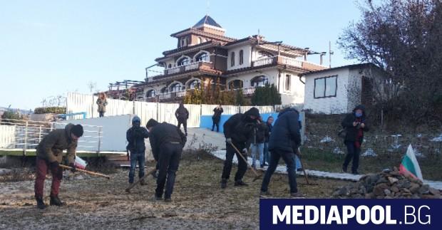 С кирки и лопати близо 30 души започнаха премахване на