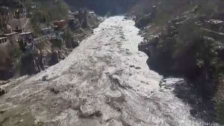 Къс от ледник смаза язовир в Индия, над 100 жертви на наводнението