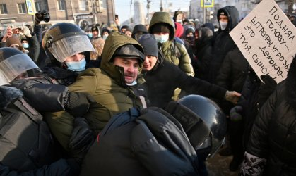 Масови протести за Навални. Путин се опитва да ги смаже с арести и насилие (снимки и видео)
