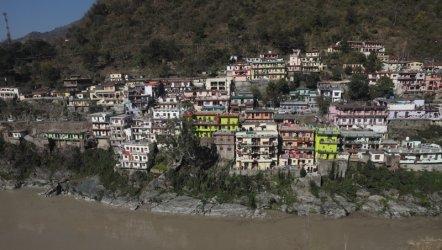 18 жертви и 200 изчезнали след срутването на хималайски ледник в Индия