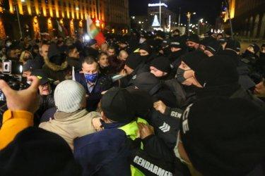 Ден 200 на протеста: Символичен опит за превземане на МС покачи напрежението за кратко