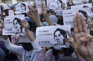 Десетки хиляди на протест в Мианмар въпреки интернет блокадата