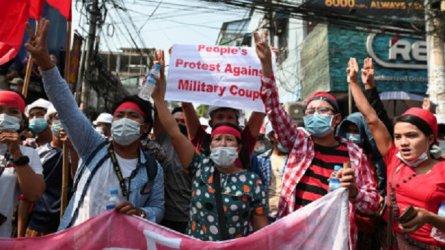 Нови протести срещу военния преврат в Мианма въпреки забраната и насилието