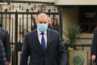 """Радев призова за пълно разследване на сделката за джиповете и """"крупни злоупотреби"""" в митниците"""