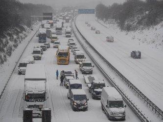 Обилен снеговалеж предизвика нарушения на транспорта в Германия и Великобритания