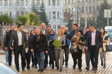 """Манолова, Хаджигенов и Бабикян водят листите на """"Изправи се! Мутри вън"""" в София"""