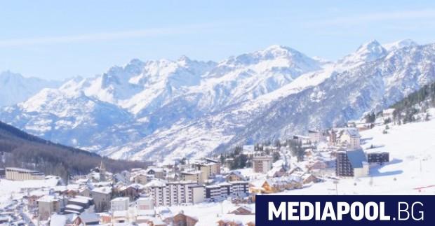 В празната ски станция Монженевр във Френските Алпи полицаи и