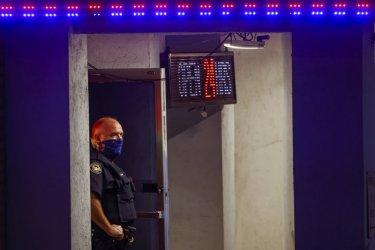 Осем души бяха убити при стрелба СПА центрове в САЩ
