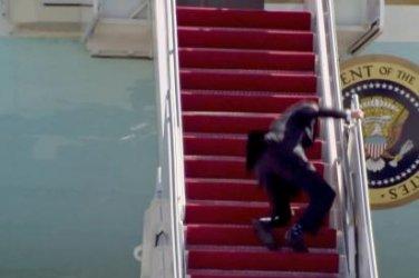 """Байдън се спъна три пъти и падна на стълбите на """"Еър форс"""""""