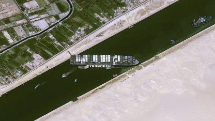 """Вятърът не е основната причина за засядането на """"Евър гивън"""" в Суецкия канал"""