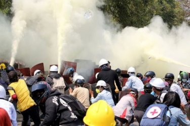 Повече от 90 души бяха убити в един от най-кървавите дни на протести в Мианма
