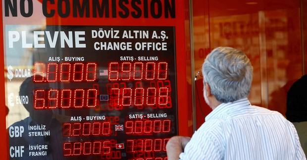 Турската лира падна със 17 процента спрямо долара след уволняването