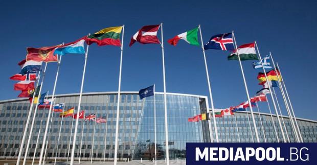 Министрите на външните работи на 30-те държави членки на НАТО