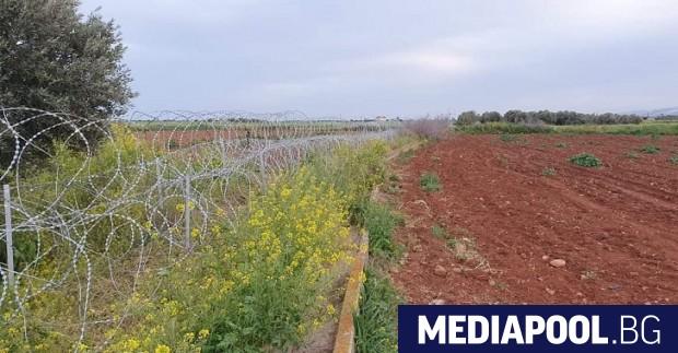 Правителството на Кипър строи бариера, за да осуетява преминаването на