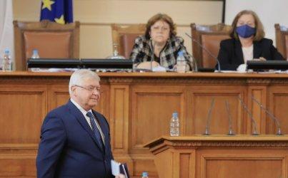 ГЕРБ осуети с крясъци изслушването на финансовия си министър