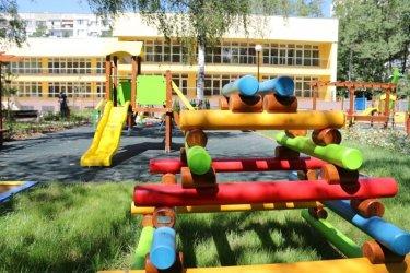 Куче нахапа деца в двора на детска градина