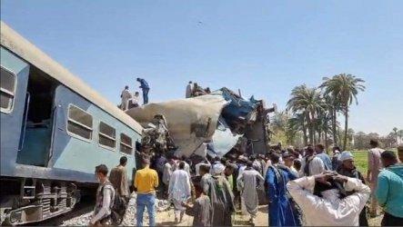 Близо 100 ранени след дерайлиране на влак в Египет