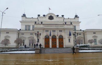 В първия ден на новите депутати протест им иска оставката