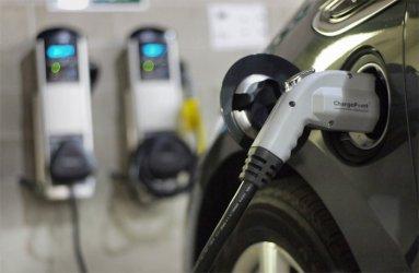 Електромобилите в Европа растат, но проблемите със зареждането им остават