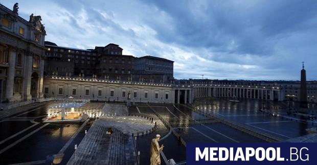 Заради пандемията папа Франциск предстоятелства снощи за втори път традиционния