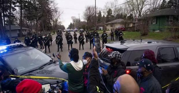Гневна група хора извърши вандалски прояви срещу две полицейски коли