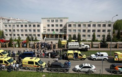 Скръб и дебати за огнестрелните оръжия в Русия след масовото убийство в Казан