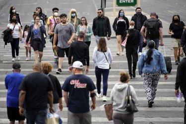 Ваксинираните в САЩ вече могат да ходят навън без маски