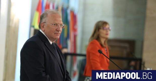 Досегашният министър на външните работи Екатерина Захариева и новият външен
