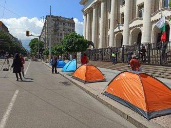 Протестни палатки пред входа на Съдебната палата в София